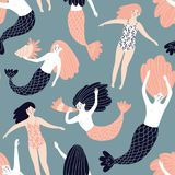 与美人鱼和游泳女孩的逗人喜爱的手拉的无缝的样式 织品的,套纸不可思议的不尽的设计 免版税图库摄影
