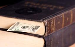 与美元使用的钞票的大葡萄酒书  免版税库存图片