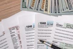 2017与美元和笔的报税表1040 免版税库存图片