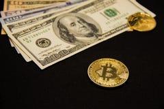 与美元和金黄硬币的Bitcoin 库存图片