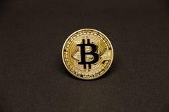与美元和金黄硬币的Bitcoin 库存照片