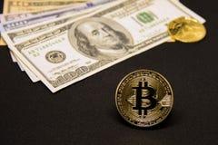 与美元和金黄硬币的Bitcoin 免版税库存图片