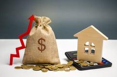 与美元的符号、一个箭头和房子的一个袋子 增加不动产的价值的概念 租金涨价为 免版税库存照片