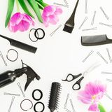 与美发师工具的框架-浪花、剪刀、梳子、发夹和郁金香在白色背景开花 被设色的背景秀丽蓝色概念容器装饰性的深度详细资料域充分的仿效宏观自然超出珍珠浅天空 平的位置, 库存图片