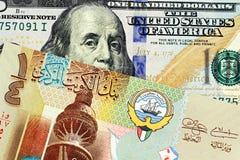 与美国一百元钞票关闭的一五颜六色的科威特四分之一丁那 免版税图库摄影