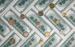 与美国人的背景一百枚美元和硬币 免版税库存图片