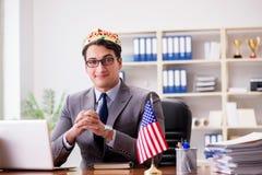 与美国国旗的商人在办公室 图库摄影