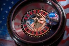 与美国国旗的图象的圣诞节球在roulet的 库存图片