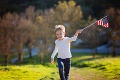 与美国国旗的孩子 免版税图库摄影