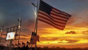 与美国国旗的日落 库存图片