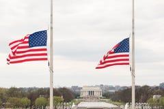 与美国国旗的林肯纪念堂 免版税库存照片