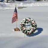 与美国国旗的积雪的圣诞节花圈 免版税库存照片