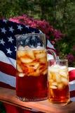 与美国国旗的被冰的茶在背景中 免版税图库摄影