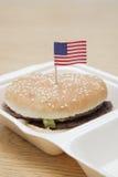 与美国国旗装饰的烤汉堡包木表面上 库存照片