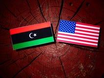 与美国旗子的利比亚旗子在树桩 库存图片