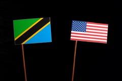 与美国旗子的坦桑尼亚的旗子在黑色 免版税图库摄影