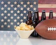 与美国旗子的橄榄球加上食物和饮料 免版税库存图片