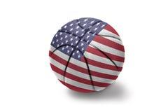 与美国的国旗的篮球球白色背景的 免版税库存图片