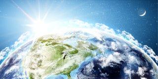 与美国航空航天局装备的这个图象的上升的太阳的元素的行星地球 库存图片