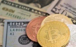 与美国钞票的Bitcoins,金黄bitcoin,银色bitcoin,古铜色bitcoin 免版税库存照片
