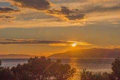 与美好的光的日落 免版税库存照片