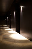 与美好的光的黑暗的内部 免版税图库摄影