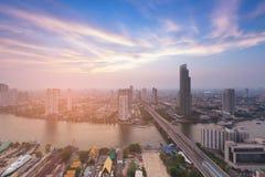 与美好的地平线的曼谷市街市鸟瞰图河前面 免版税库存图片