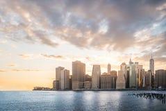 与美好的地平线的都市风景在日落,摩天大楼在曼哈顿,纽约 库存图片