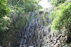 与美好的地质结构的干燥瀑布 免版税库存照片