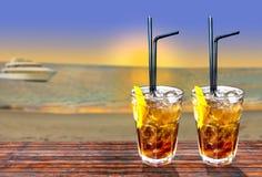 与美好的日落和b的两古巴libre异乎寻常的鲜美鸡尾酒 库存图片