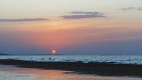 与美好的日落的海景 免版税库存图片
