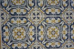 与美好的蓝色和黄色样式的Azulejos 免版税库存图片
