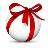 与美好的被包裹的红色丝带礼物包裹的白色3D球形 免版税库存照片