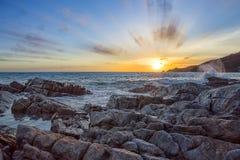 与美好的颜色的日落和海秋天晚上在泰国 免版税库存图片