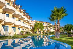 与美好的风景设计的盐水湖水池在豪华旅馆里 免版税库存照片