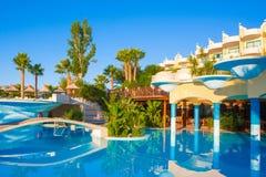 与美好的风景设计的盐水湖水池在豪华旅馆里 库存照片
