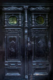 与美好雕刻的黑老门 库存图片