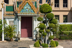 与美妙地装饰的门的缜密被整理的树在Th 库存图片