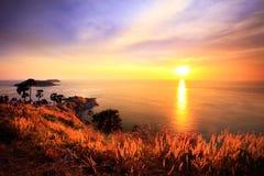 与美妙的微明的日落在Phromthep海角, Rawai,普吉岛, 免版税图库摄影