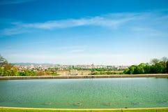 与美泉宫和都市风景维也纳的风景 免版税库存图片