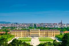 与美泉宫的风景在维也纳 免版税图库摄影