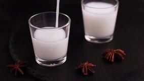 与美洲黑杜鹃的阿拉伯酒精饮料Raki在板岩黑色背景 股票视频