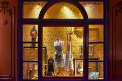 与美食术、艺术和葡萄酒时钟项目的污迹玻璃窗在法国亭子Epcot的在华特・迪士尼世界 免版税库存图片