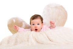 与羽毛白色翼的女婴天使 免版税库存照片