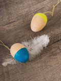 与羽毛的色的木复活节彩蛋 免版税图库摄影