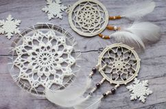 与羽毛的Dreamcatcher在木背景 种族设计, boho样式,部族标志 白色圣诞节和新年雪花 免版税库存照片