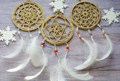 与羽毛的Dreamcatcher在木背景 种族设计, boho样式,部族标志 白色圣诞节和新年雪花 库存图片