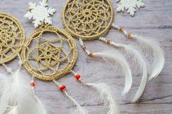 与羽毛的Dreamcatcher在木背景 种族设计, boho样式,部族标志 白色圣诞节和新年雪花 免版税库存图片