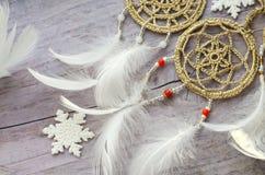 与羽毛的Dreamcatcher在木背景 种族设计, boho样式,部族标志 白色圣诞节和新年雪花 图库摄影