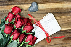 与老信件的十二朵玫瑰 免版税库存照片